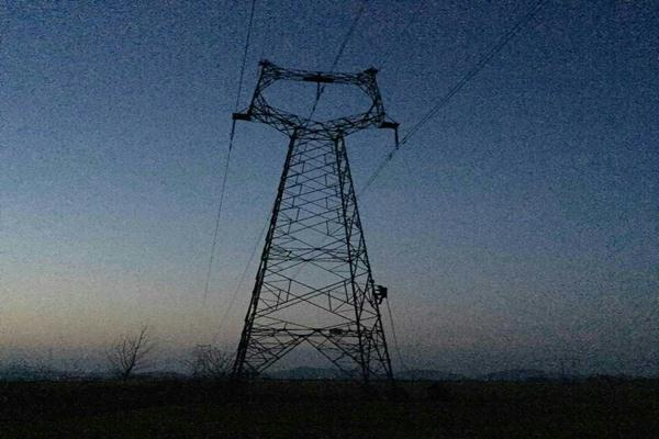 3月27日,国网九江供电公司小杰带电班辗转湖口、新港和瑞昌三地,圆满完成110千伏湖口变、110千伏金安变、220千伏沙裕线等三项重要而紧迫的带电作业任务,工作时间长达12个小时,全力保障了九江电网安全运行。  据了解,日前通过巡视发现,湖口县主供电源之一的110千伏海湖II线,位于湖口变的1131刀闸A相开关侧桩头线夹严重过温。因与带电母线距离过近,无法停电检修,检修分公司要求带电班尽快消缺。与此同时,金安110千伏变电站#2主变扩建工程已竣工,3月底前必须送电投运,迫切需要将1022刀闸搭入带电的II